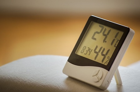A hygrometer displaying time and humidity levels