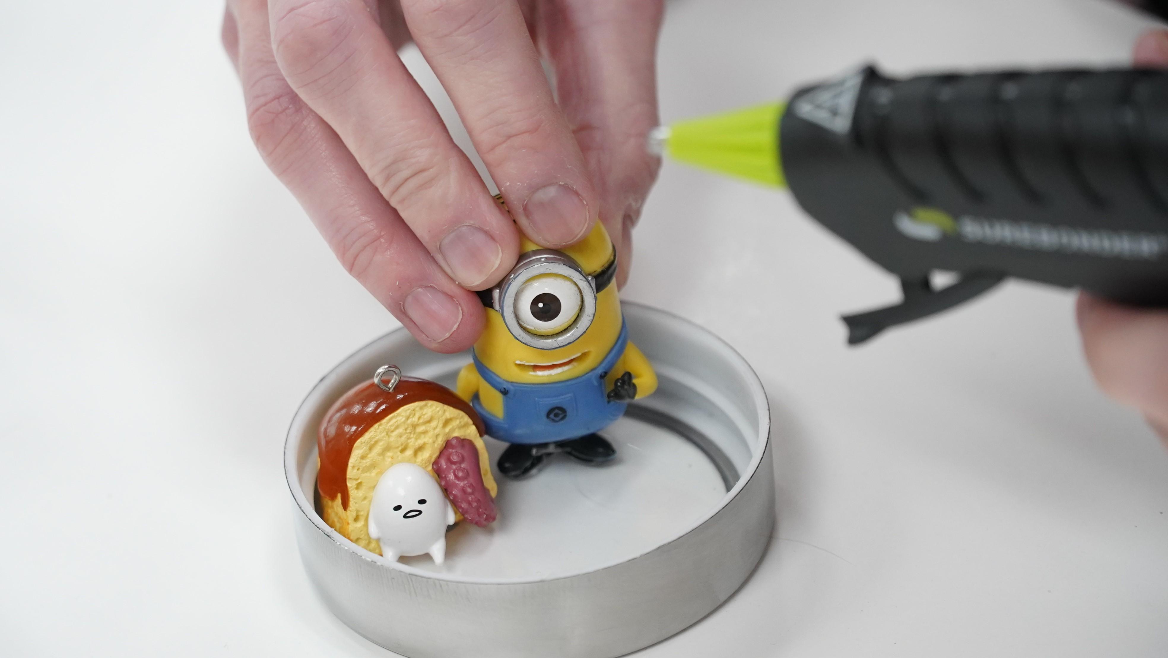 Placing figures on a jar lid
